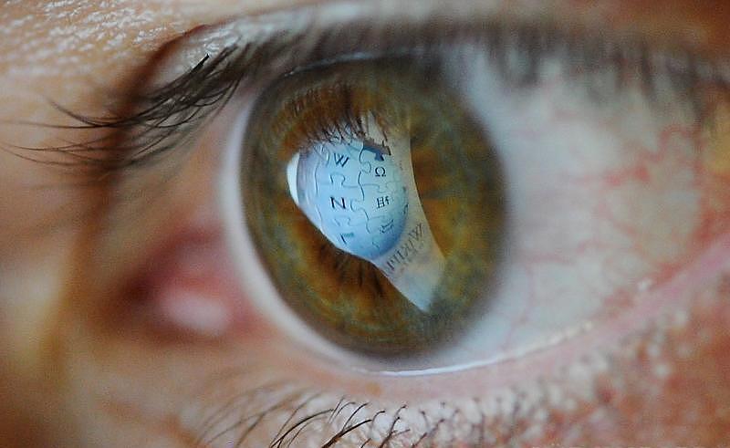 Close de um olhar fixo para uma tela eletrônica||||||||||||||||