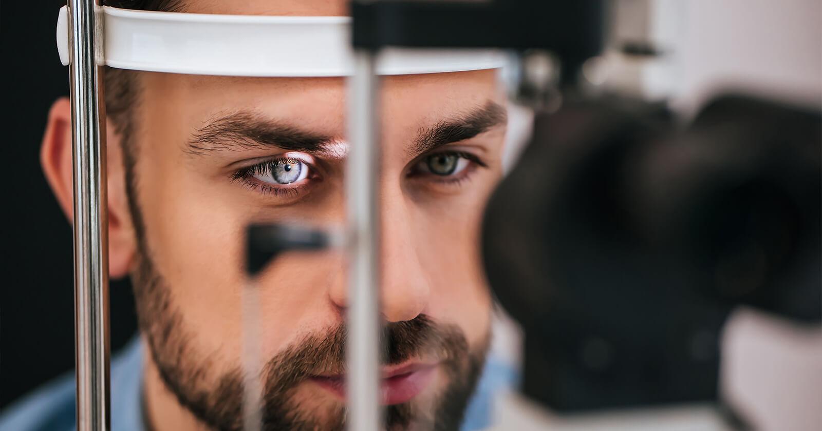 Homem fazendo um exame de vista