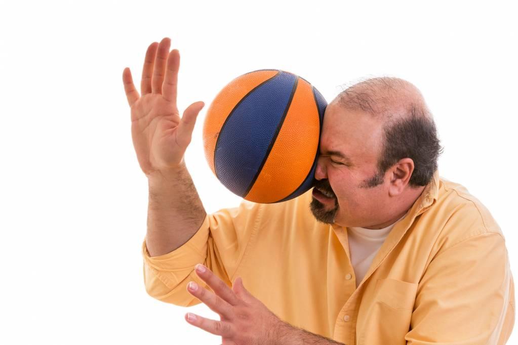 Homem recebe bolada no rosto||||||||||||
