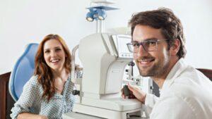 Mulher sorrindo faz uma consulta com o oftalmologista||||||||