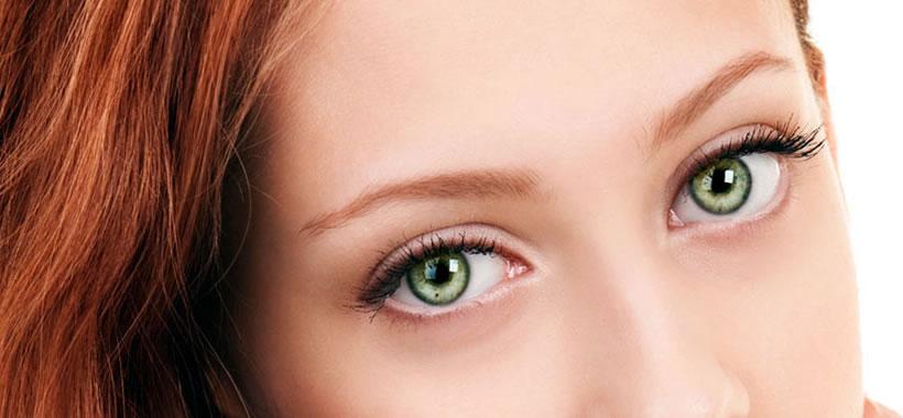 Close nos belos olhos verdes de uma garota