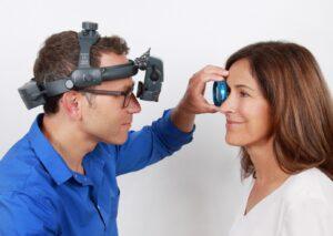 Médico realiza exame de mapeamento ocular em paciente||||||||