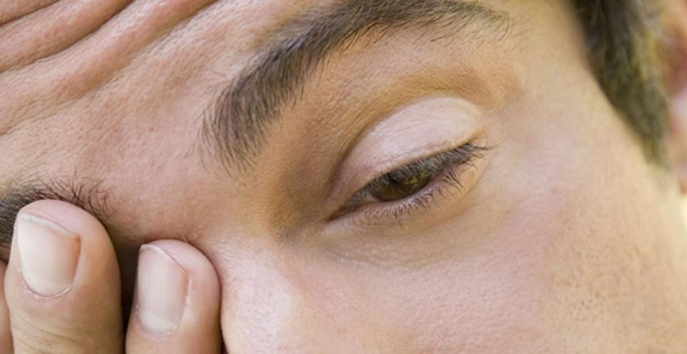 homem com dor nos olhos
