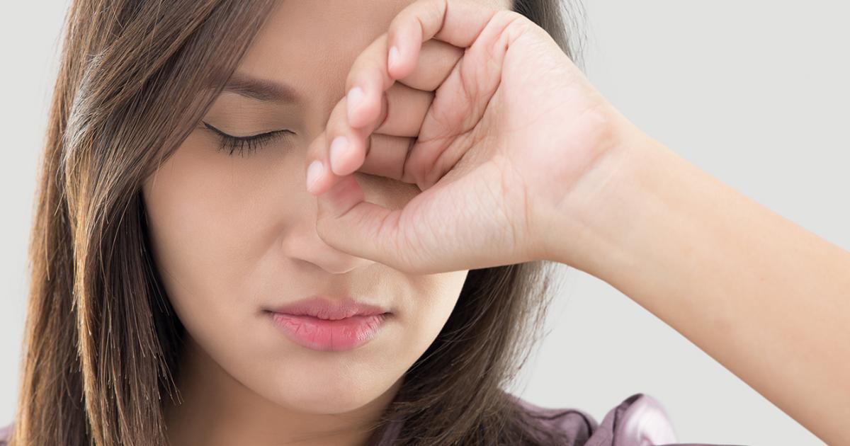 mulher leva a mão aos olhos parentando dor||LENTES DESCARTÁVEIS||homem com dor nos olhos||||