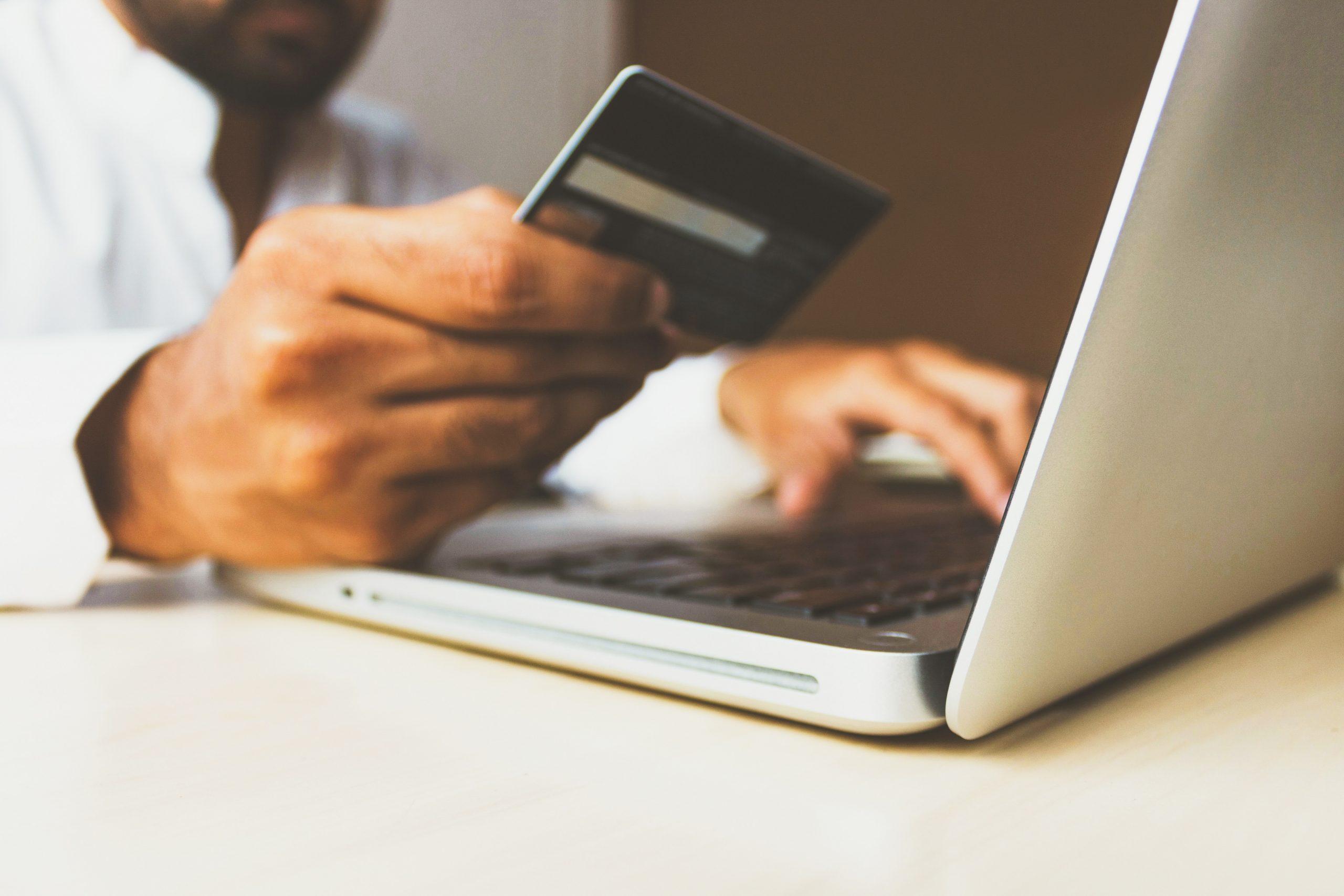 Homem fazendo compra online