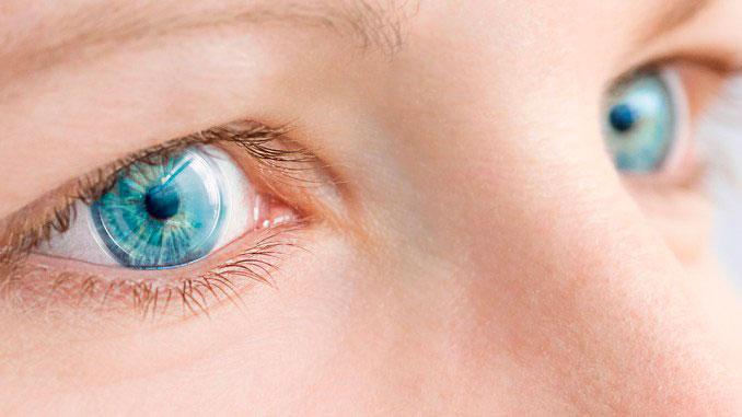 close de olhos com lentes de contato