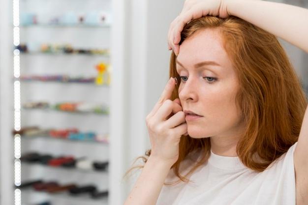 Mulher colocando as lentes de contato