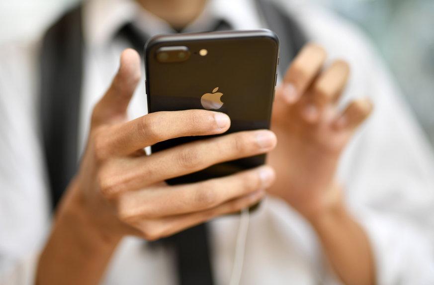 Homem nanipulando o celular