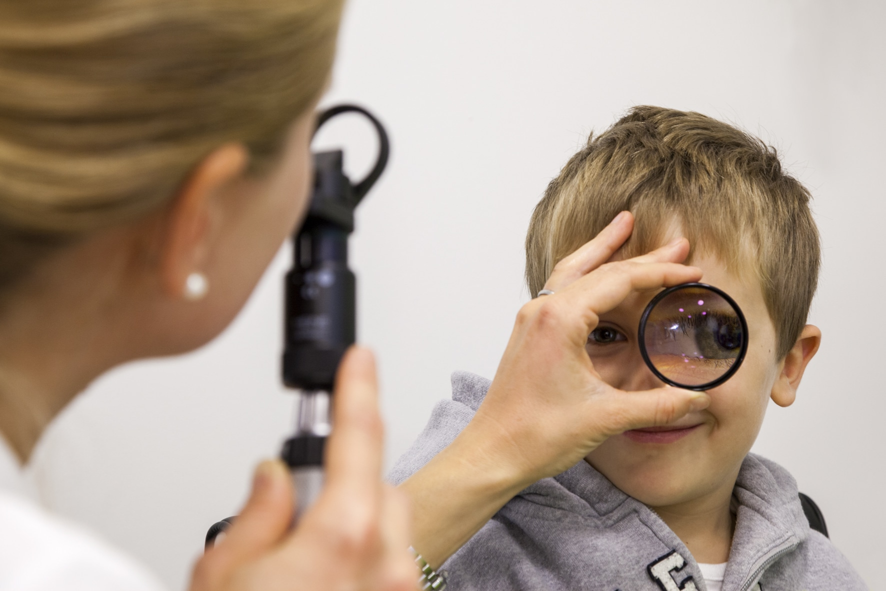 Oftalmologista realiza exame em criança
