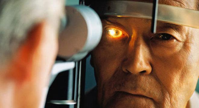 Homem idoso faz um check-up ocular