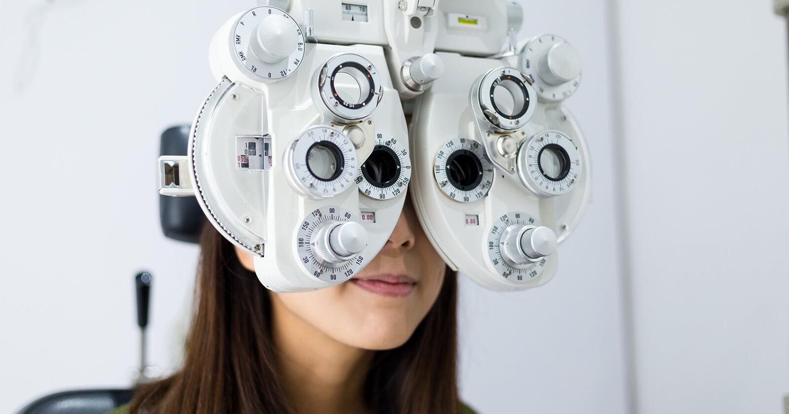 Mulher fazendo check-up ocular||Mulher fazendo check-up ocular