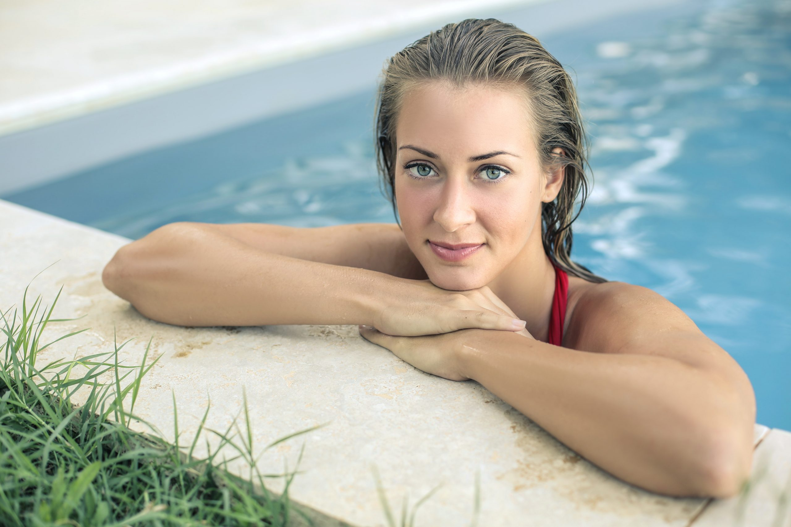 Close em mulher de olhos azuis na piscina