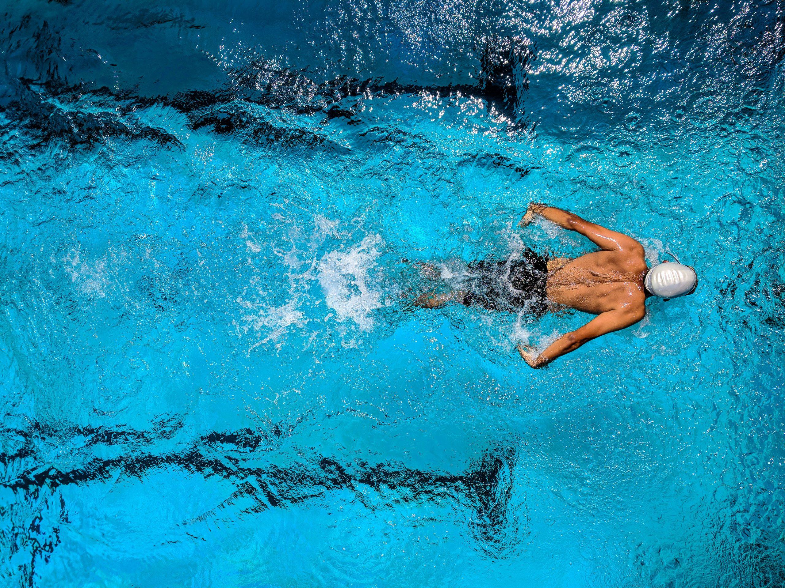 Biosoft 1 Day||Close em mulher de olhos azuis na piscina||||||Biosoft 1 Day||Close em mulher de olhos azuis na piscina