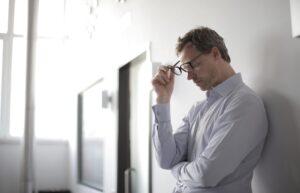 Homem pensativo encostado na parede  Médico esticando as mãos para cumprimentar  Médico olhando a tela de um computador          Homem pensativo encostado na parede  Médico esticando as mãos para cumprimentar  Médico olhando a tela de um computador