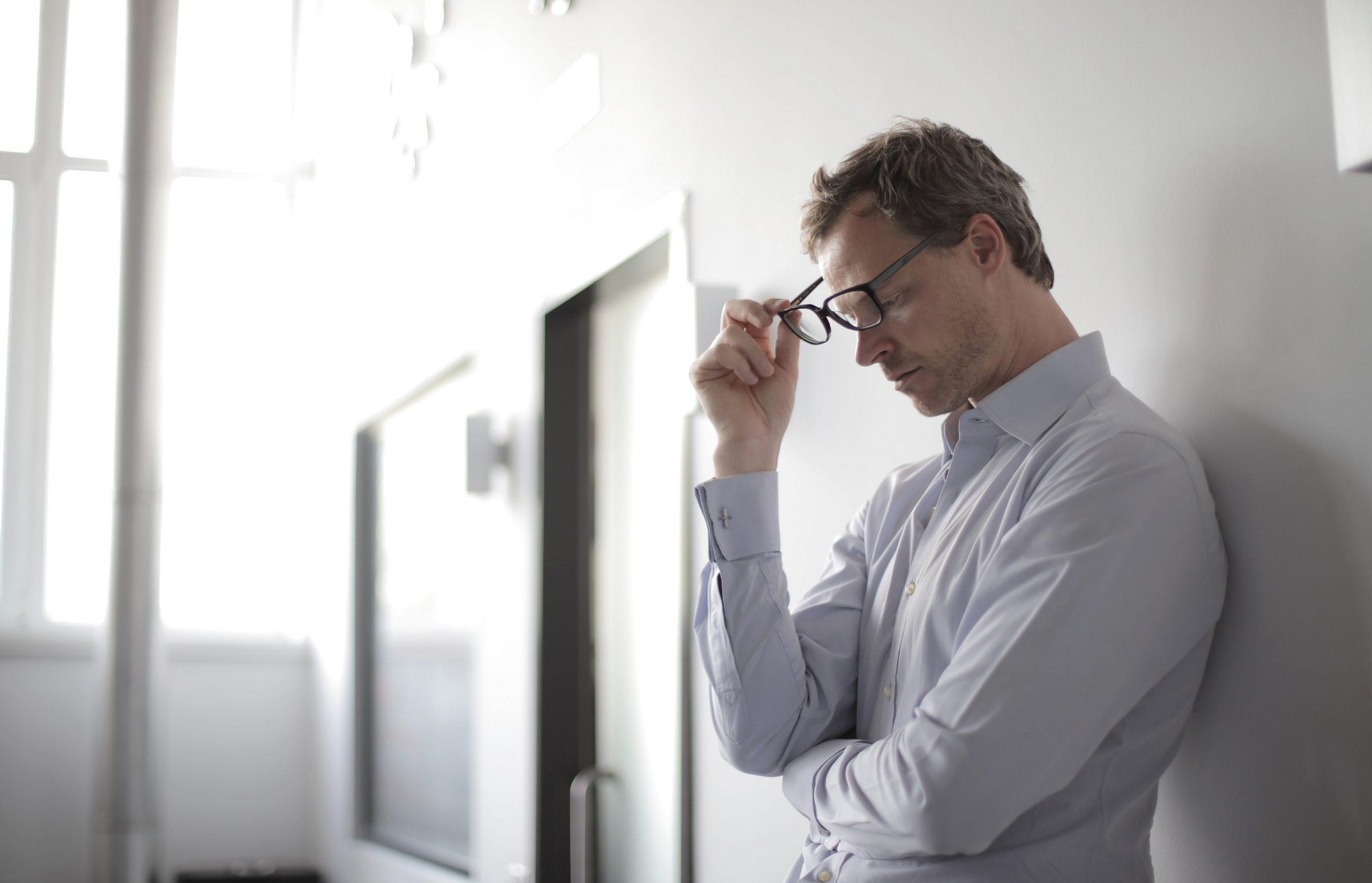 Homem pensativo encostado na parede||Médico esticando as mãos para cumprimentar||Médico olhando a tela de um computador||||||||||Homem pensativo encostado na parede||Médico esticando as mãos para cumprimentar||Médico olhando a tela de um computador