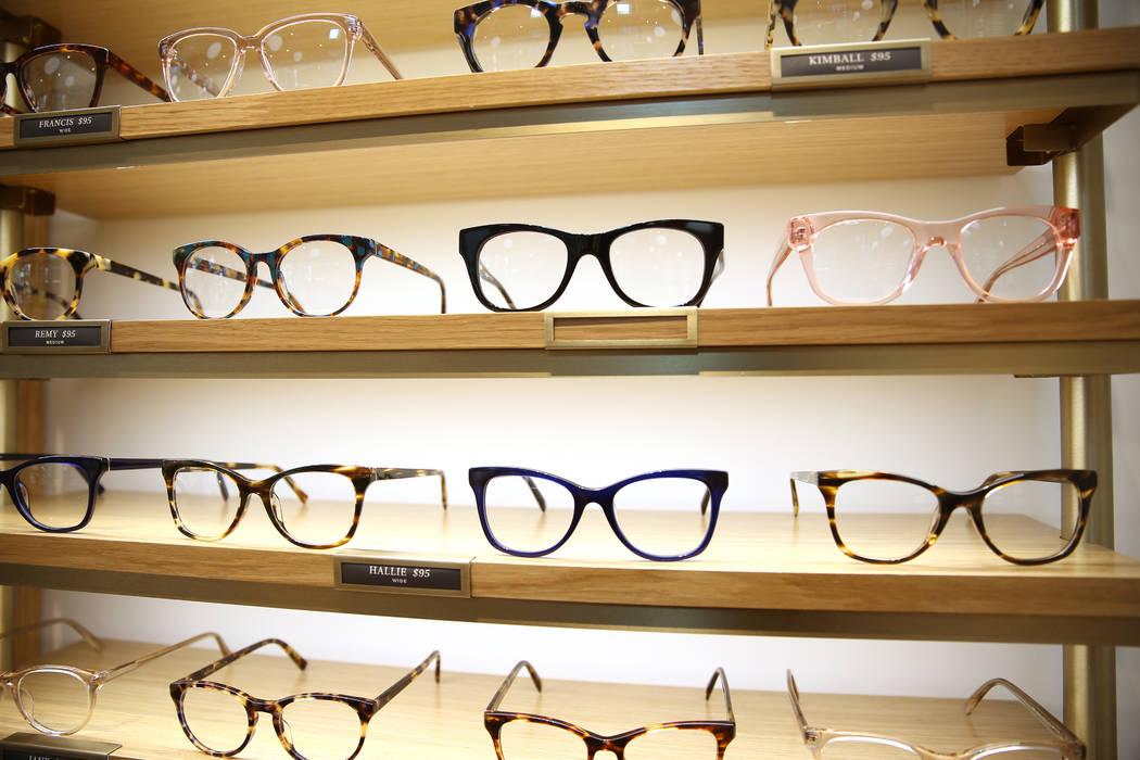 Óculos em destaque na prateleira