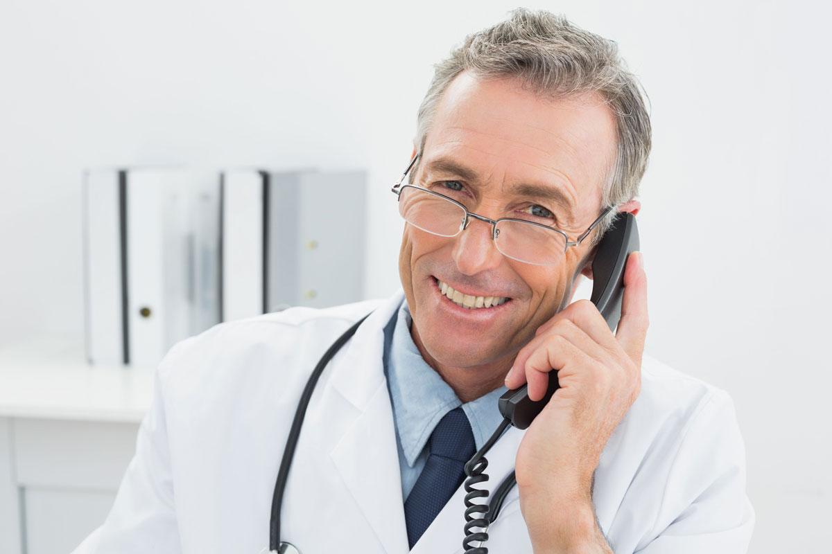 médico oftalmologista sorri ao telefone