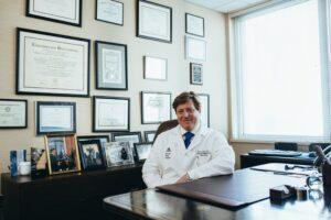 Médico em seu consultório