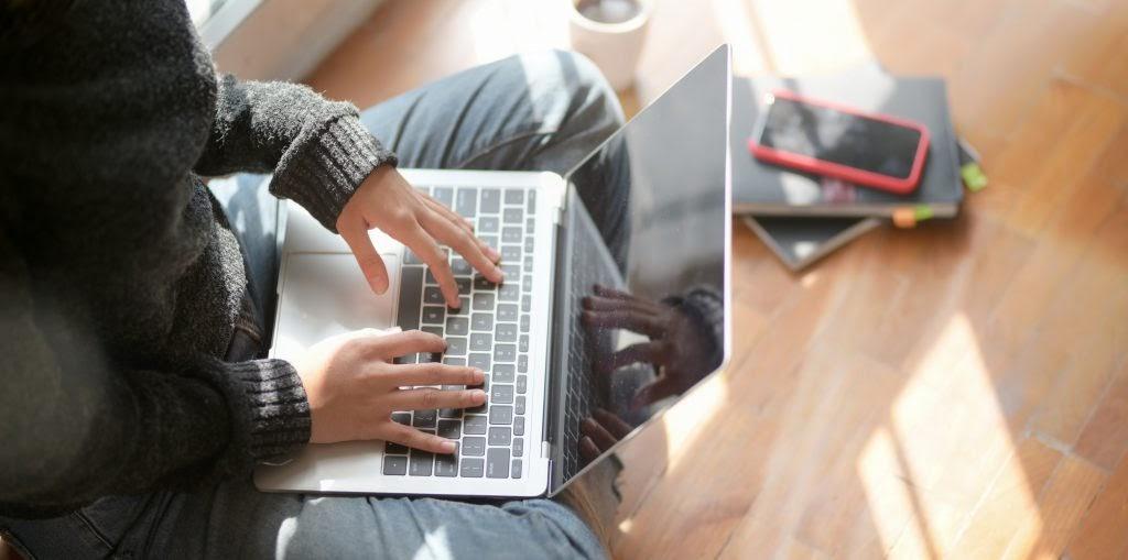 Mãos digitando o teclado de um computador